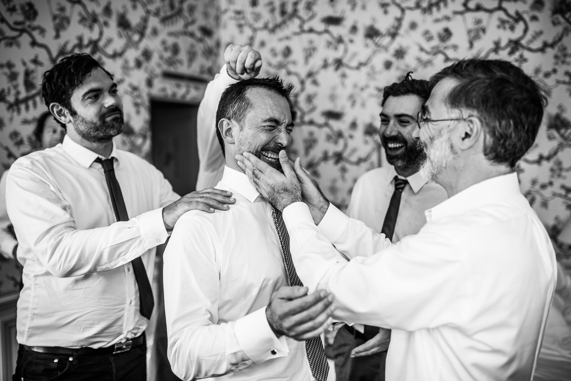 les préparatifs du mariés avec les amis